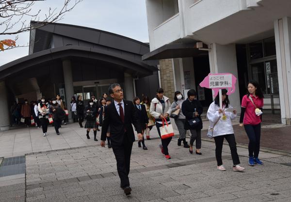 11月のOCは学部長とキャンパスツアーを行いました