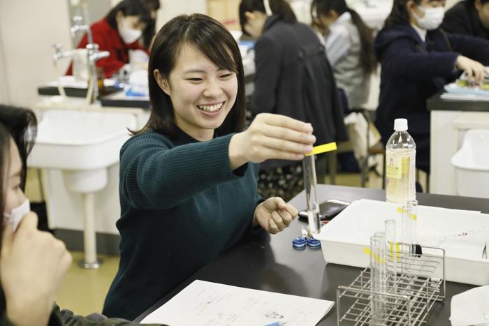 小学校教員養成コース1年生の理科実験「水溶性の性質」