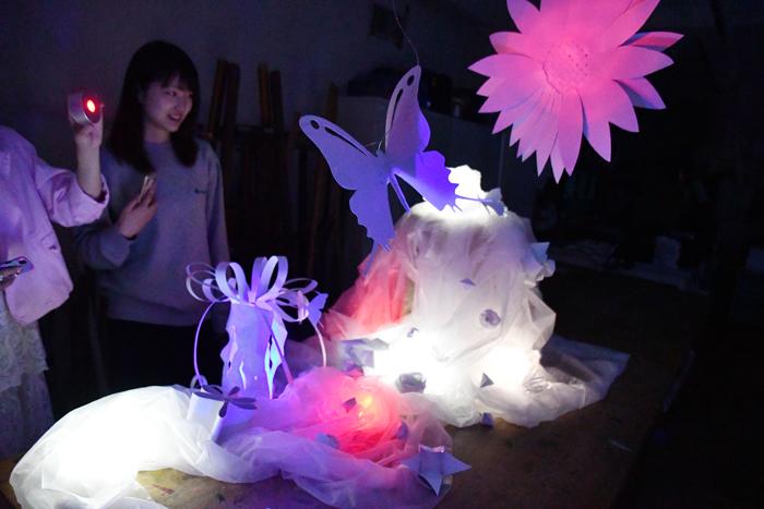 幼稚園コースの造形授業「光る不思議な植物園」