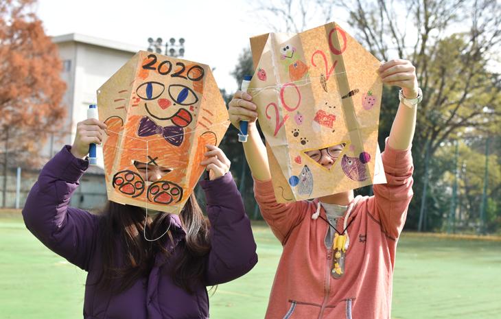 児童文化コース「伝承遊び」 風を感じて凧あげ!