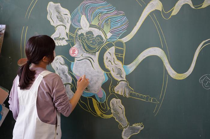 稔台小学校で児童文化コースが黒板ジャック!