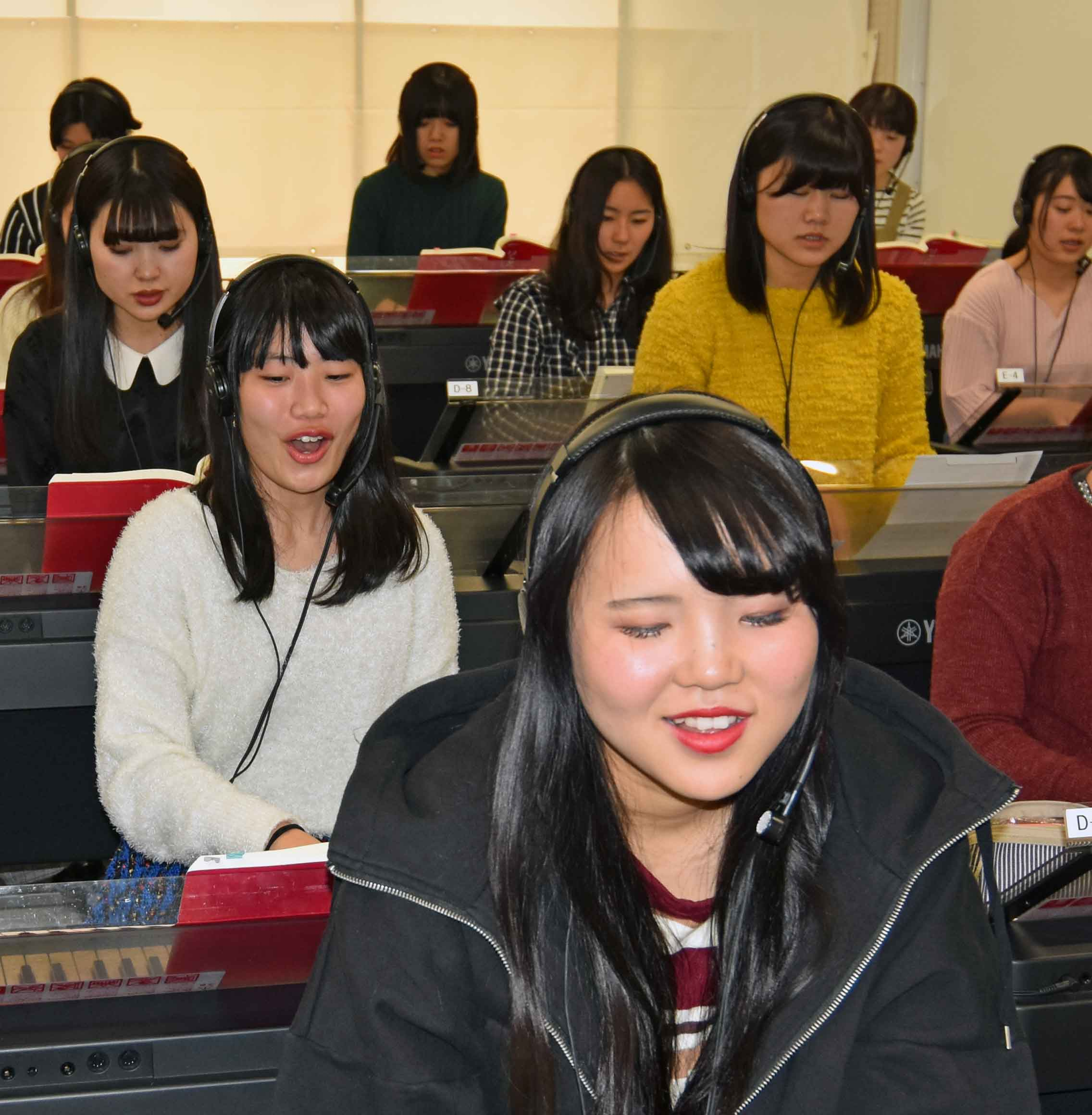 保育科授業紹介【音楽Ⅱ〜2】弾き歌い練習中!
