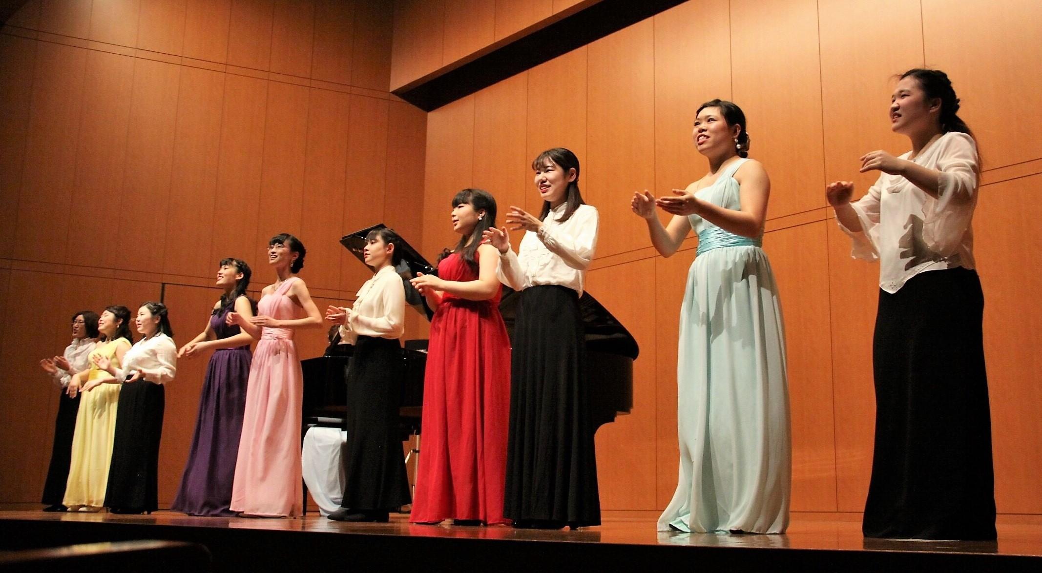 プログラムの最後には、ステージスタッフとしてコンサートをサポートしてくれた学友も交え、全員で音楽学部客員准教授の宮本益光先生の作詞による「もしも歌がなかったら」(加藤昌則作曲)を、心を込めて歌いました。
