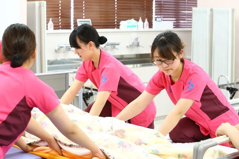授業の1つの形態:演習を紹介します②                                 看護技術論Ⅰ-ストレッチャーを使用した技術演習-