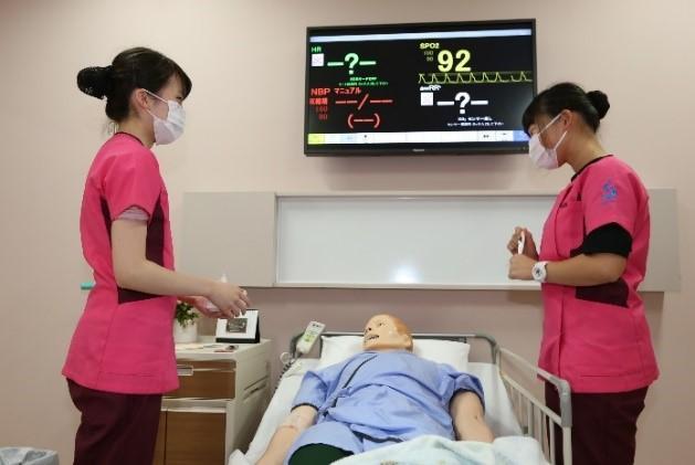 授業の1つの形態:演習を紹介します①                                                                                                       看護アセスメント学Ⅰ-患者ロボットでシミュレーショントレーニング-